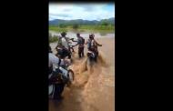 Atravessando de moto a cheia do Rio Farinha