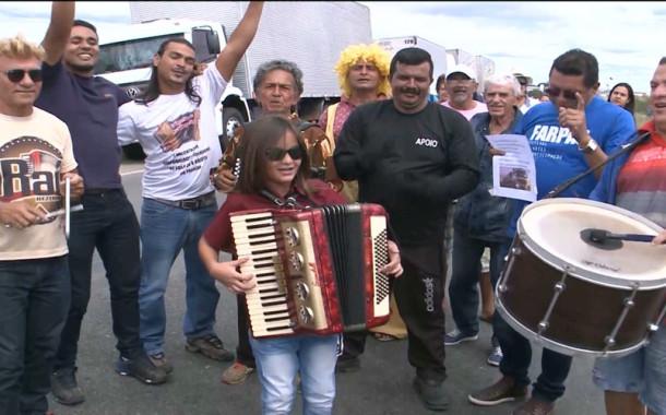Em Patos, grupo de forró fica preso em protesto e faz apresentação na BR-230