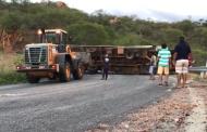 Caminhão baú capota na Serra de Teixeira. Vídeos