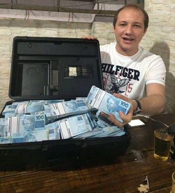 Repercute imagem do candidato a vice em Sousa expondo mala com dinheiro