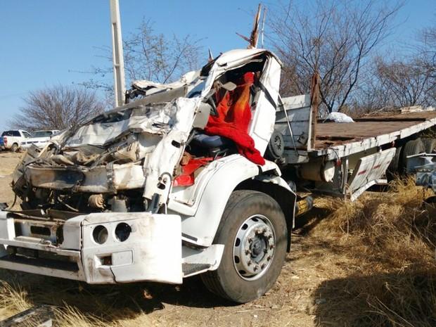 Dois homens morrem após caminhão tombar na BR-230 em Santa Luzia