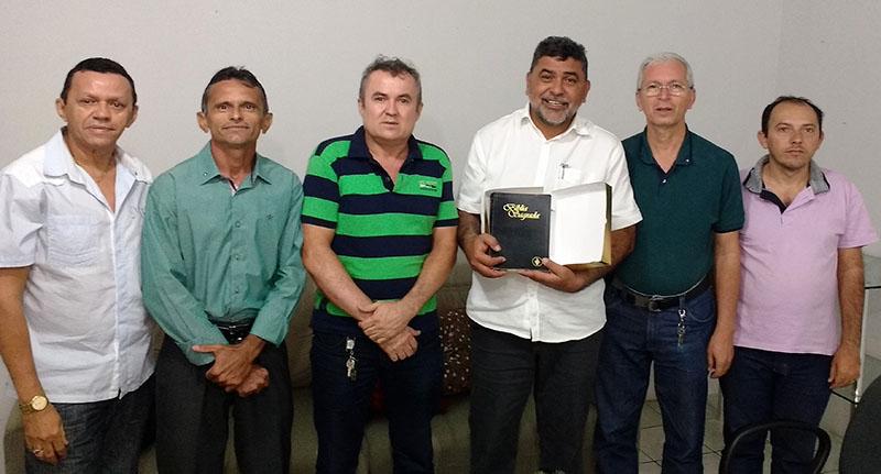 Gideões Internacionais entregam Bíblia Dignatária ao prefeito Lenildo Morais