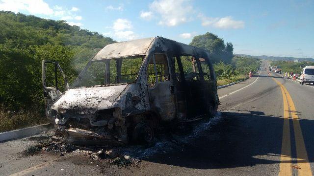 Van da cidade de Patos se envolve em acidente e motociclista morre após colisão