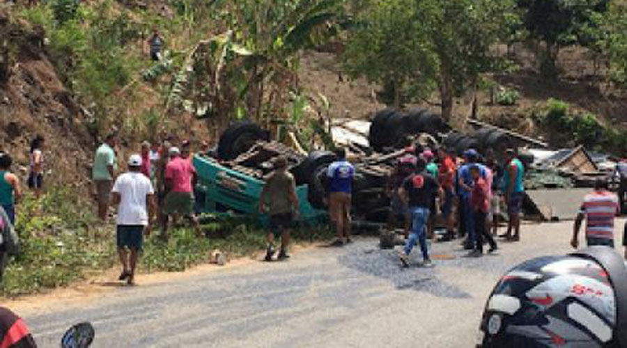 Caminhão com placa de Sousa tomba e mata duas pessoas em rodovia na Paraíba