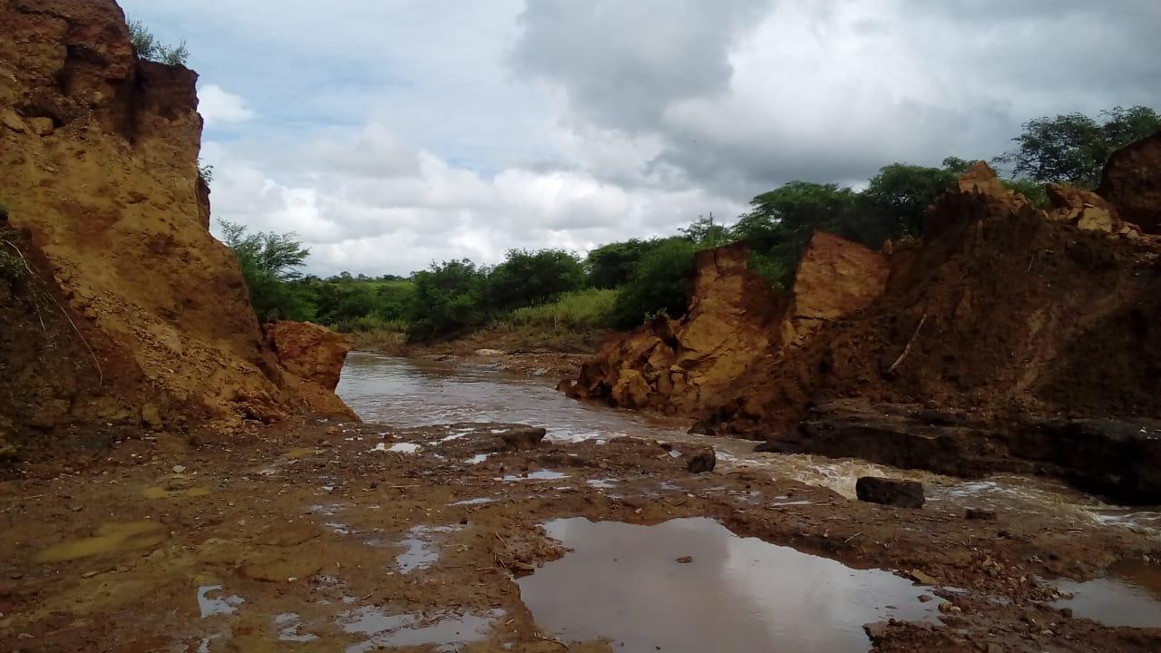 Açude rompe após forte chuva no Assentamento Nego Fuba, em Santa Terezinha