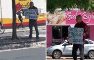 Desempregado sai às ruas de Patos com cartaz pedindo emprego