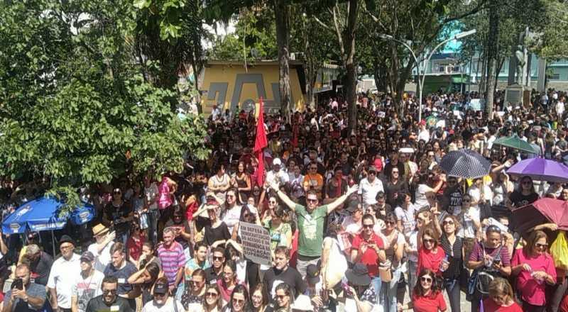 Manifestantes tomam ruas das cidades paraibanas em protesto contra corte de verbas proposto por Bolsonaro