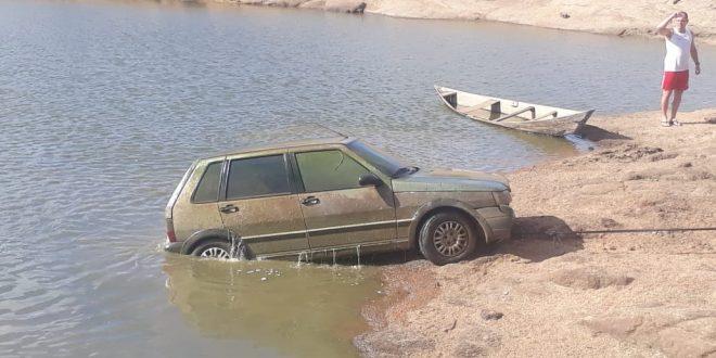 Carro com restos mortais é encontrado dentro de açude em Catolé do Rocha
