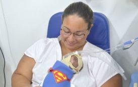 Crianças da UTI Neonatal do Cândida Vargas viram bebês heróis para o Dia das Crianças